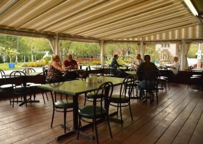 Restaurant et terrasse avec déjeuners et menu du jour