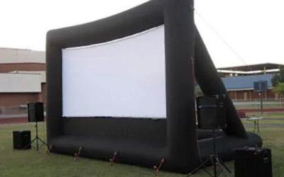 Maquilleuse, souper aux hot-dogs, karaoké et film sur écran géant extérieur